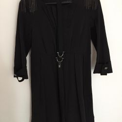 Платье с цепочками на плечах