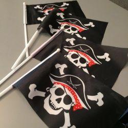 Σημαίες πειρατών και περούκα με μανταλάκι
