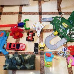 Игрушки, машинки, база, все одним лотом.