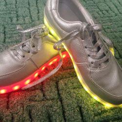 Aydınlık spor ayakkabı