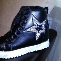 Yeni sneakers sıcak