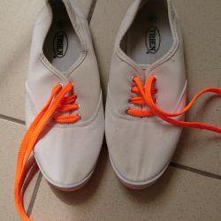 White sneakers 37