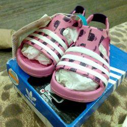 Νέα σανδάλια από καουτσούκ της Adidas