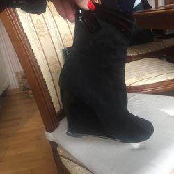 Ghete cizme pe o pană