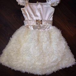 Κομψό φόρεμα και ένα ακρωτήριο για ένα κορίτσι