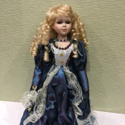 Фарфоровая кукла со светлыми волосами