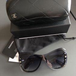Τα γυαλιά του Chanel, σε σουίτα, πλήρες σετ