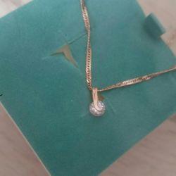 Gold pendant with zirconia