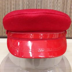 Cap with lacquered visor