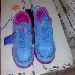 Pembe ile kadın mavi spor ayakkabı.