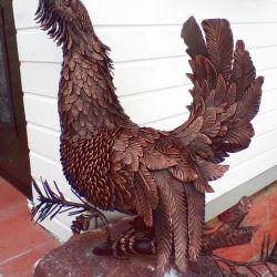 Orman tavuğu metal bir heykeldir.