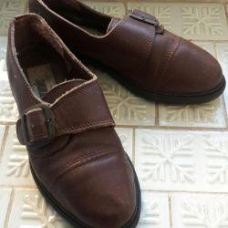 Çocuğa alçak ayakkabılar