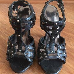 Üç çift ayakkabı