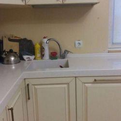 Blat de lucru din bucătărie cu chiuvetă de artă. piatră