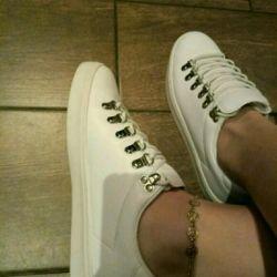 Ayrılmış spor ayakkabılar