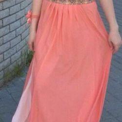 Evening dress is the Italian brand Isabel Garcia.