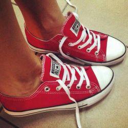 spor ayakkabı. dönüşümler kırmızı ve sadece
