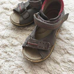 Sandale de piele pe băiat.