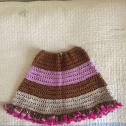 Вязанные вручную юбочки для девочек.
