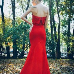 Dress evening in a floor long with a loop red