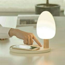 Kablosuz şarj işlevine sahip masaüstü LED lambası