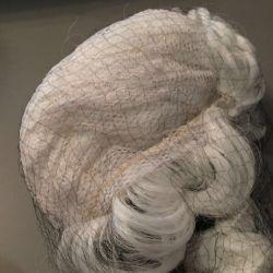 Η περούκα ενός μεγάρου και του φαλακρού κεφαλιού με τα μαλλιά