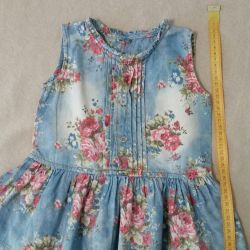 Dress with floral print, under the jeans.