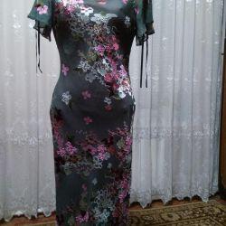 Το βραδινό φόρεμα είναι κεντημένο με χάντρες, ύφασμα.