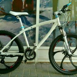 Siyah döküm tekerleklerde beyaz bisiklet BMW x1