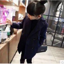 Το παλτό είναι ένα κλασικό, κομψό για τα μικρά παιδιά