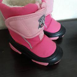 Demara's boots are 22/14 cm