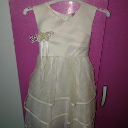 Κομψό φόρεμα για ένα κορίτσι