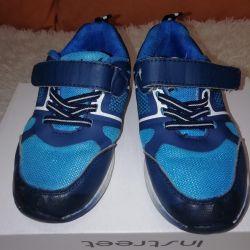 Çocuklar için spor ayakkabısı 28 beden, 18 cm iç taban.