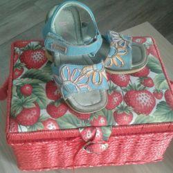 Cildin derisinden bir kız için güzel sandaletler