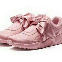 Ροζ αθλητικά παπούτσια με τόξο στο σχολείο