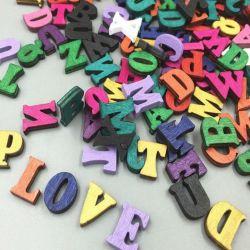 Πολύχρωμα ξύλινα γράμματα της Λατινικής Αμερικής