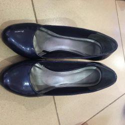 Koyu mavi ayakkabılar