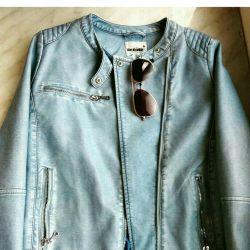 Jacket din eco-piele pe o adolescentă