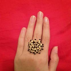 Το δαχτυλίδι είναι νέο. Χειροποίητο