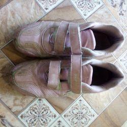 Αντρικά παπούτσια, μέγεθος 34. Για δύο αυγά Kinder.