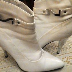Beyaz ayakkabı satmak