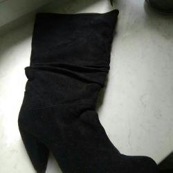 Botlar siyah. Yapay süetten.