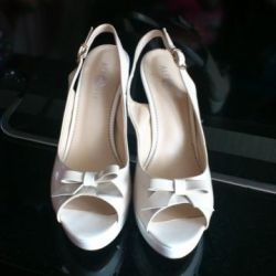 Παπούτσια-ξυπόλυτοι σχεδόν νέοι