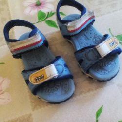 Παιδικά παπούτσια για ένα αγόρι.