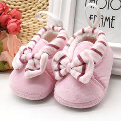 Pantofi noi de pluș pe copil până la șase luni.