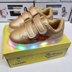 Ανδρικά παπούτσια για ένα κορίτσι με φωτεινή σόλα