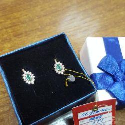Cercei cu smaralde și un diamant