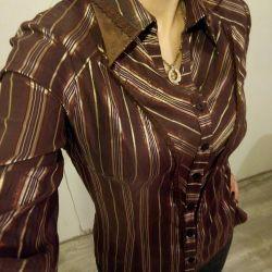 Femeie bruneta brună în dungi de aur