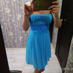Το φόρεμα είναι μπλε σιφόν