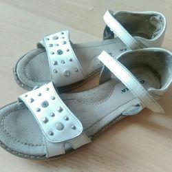 Büyük sandaletler 35